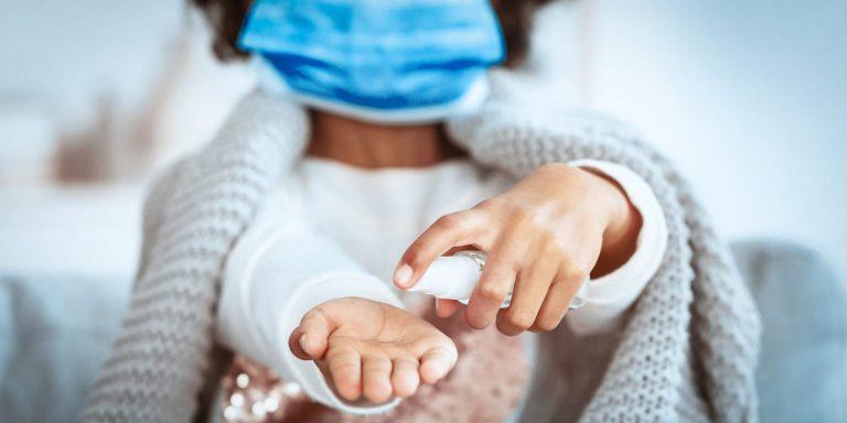 Crianças mais velhas transmitem coronavírus da mesma forma que adultos, diz estudo